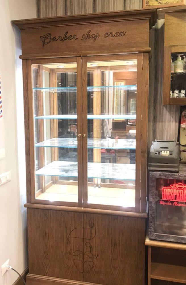 Arredamento barber shop vetrine espositive wood design for Vetrine in cristallo arredamento